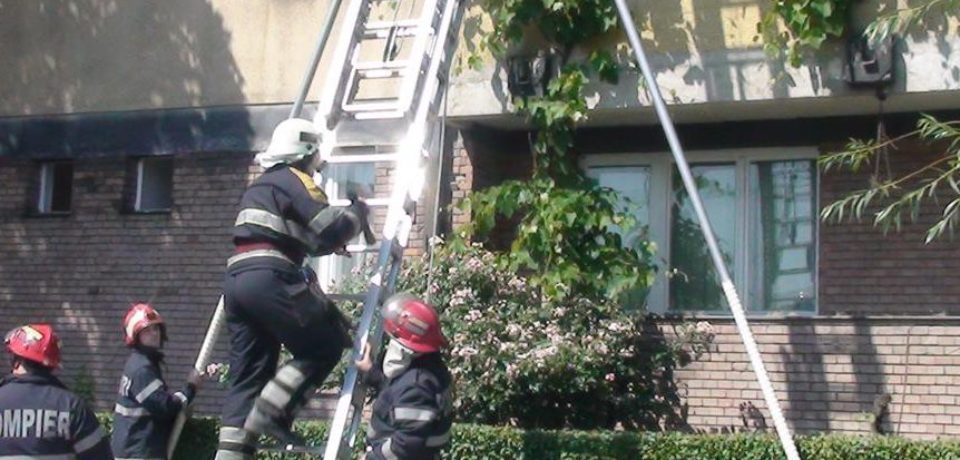 O fetiţă de doi ani, blocată într-un apartament, salvată de pompierii ISU Crişana