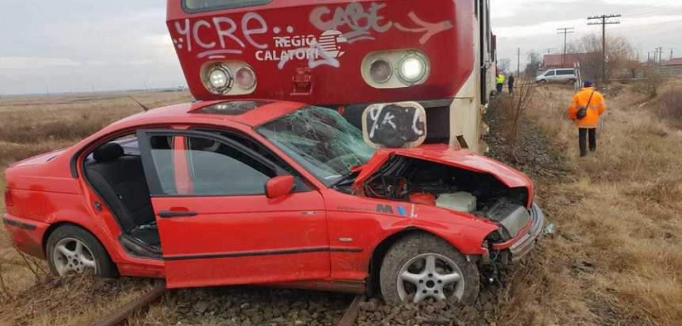 """Mașină lovită de tren după ce șoferul nu a respectat semnificația indicatorului """"Oprire"""""""