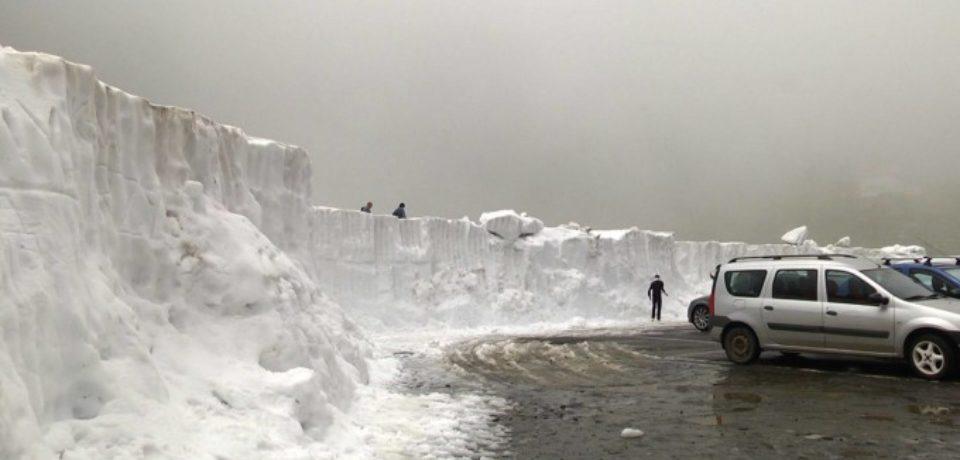 Zăpadă de peste 3 metri la Bâlea Lac, în mijlocul verii