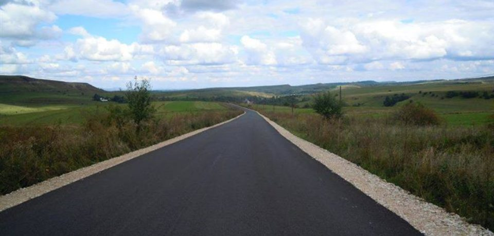 Mai multe drumuri din zona Beiusului vor fi acoperite cu asfalt nou. Vezi care sunt localitatile cuprinse in program