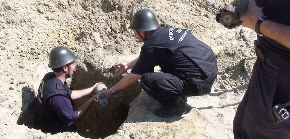 Un proiectil şi o bombă din cel de-al Doilea Război Mondial, rămase neexplodate, ridicate de pirotehniştii bihoreni