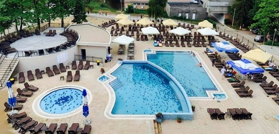 Noile piscine ale Hotelului Poienița din Baile Felix au fost inaugurate de Sfanta Maria printr-o petrecere cu spuma colorata