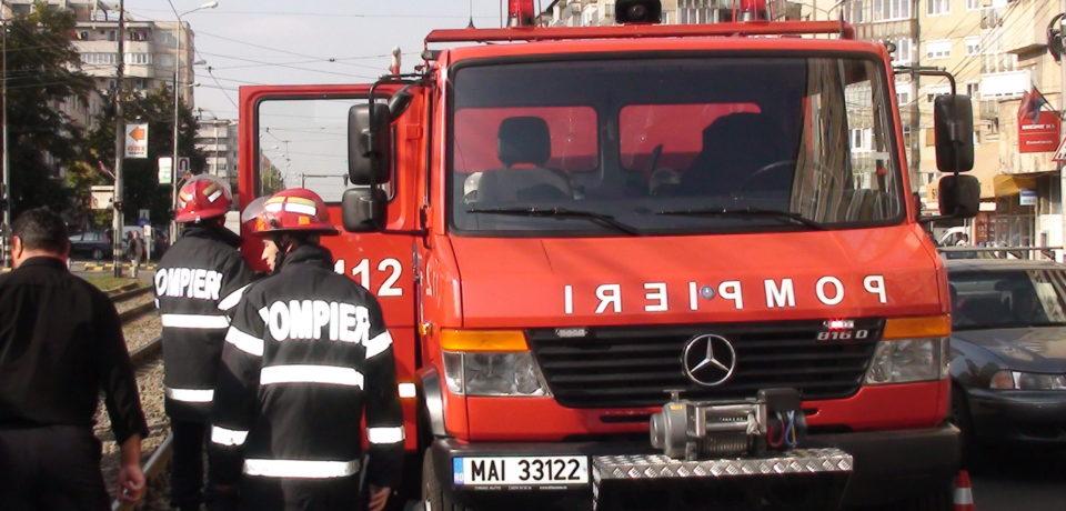 Pompierii oradeni au deblocat un bebeluș inchis intr-o maşinăpe Bulevardul Dacia