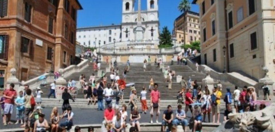 Turiştii nu mai au voie să se aşeze pe faimoasele Trepte Spaniole din Roma. Ce amenzi riscă
